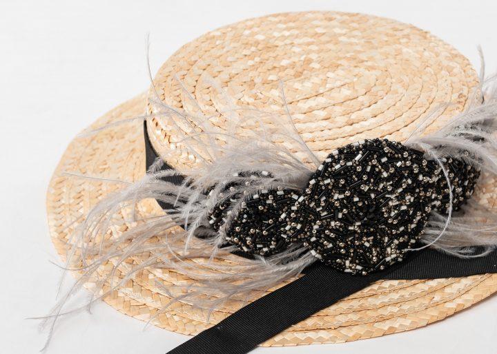 Canotier de copa baja con bordado, plumas y cinta