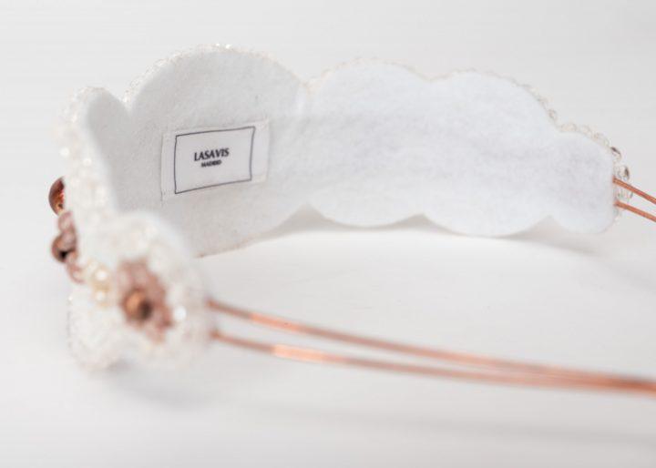 Tiara de novia bordada a mano sobre diadema metálica