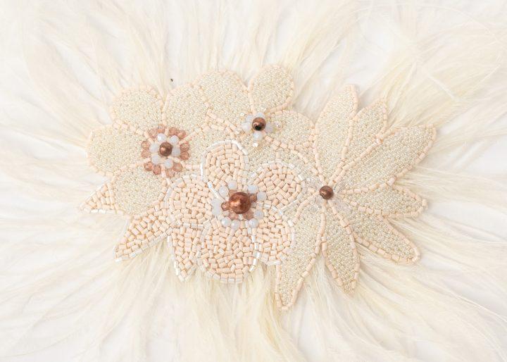 Prendedor de novia bordado a mano con plumas de avestruz
